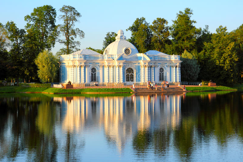 Pabellón en el lago en el parque St Petersburg de Pushkin foto de archivo libre de regalías