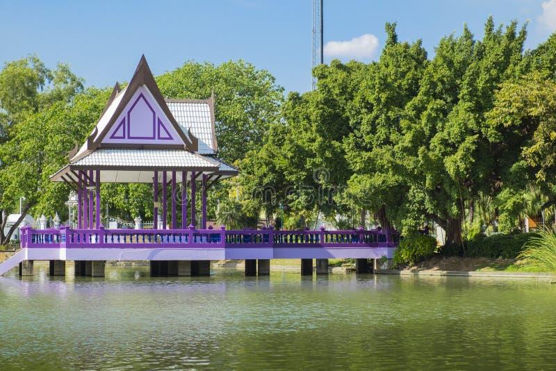 Pabellón tailandés del estilo en el parque imagen de archivo libre de regalías
