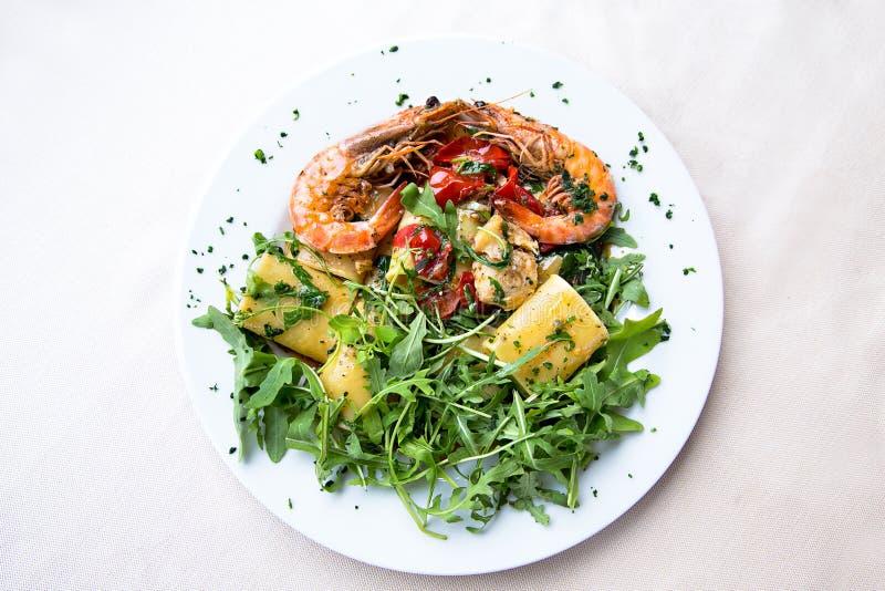 Paccheri italiano da massa com camarões e peixes imagem de stock