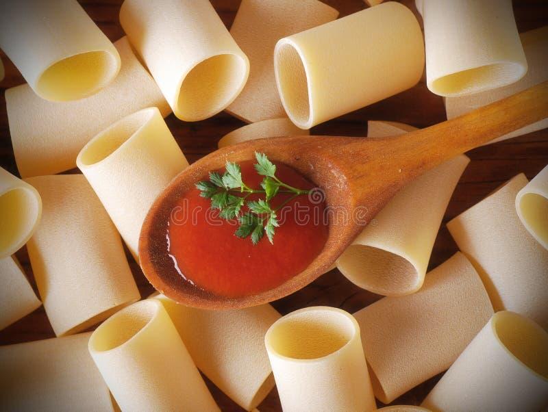 Paccheri, sauce de pâte et tomate napolitaine traditionnelle image stock