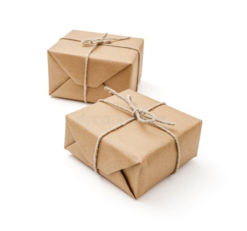 Pacchetti avvolti con carta marrone e legati immagine stock