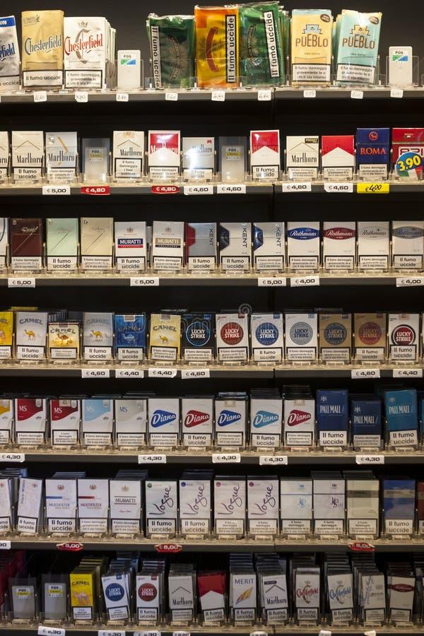 Pacchetti d'accantonamento delle sigarette Scaffali in un negozio immagini stock libere da diritti