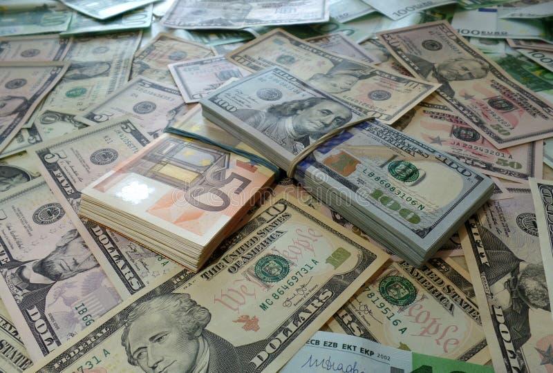 Pacchetti dei dollari dell'euro dei soldi immagine stock libera da diritti