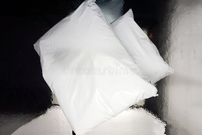 Pacchetti della droga sul pacchetto bianco dell'oppio del fondo immagini stock libere da diritti