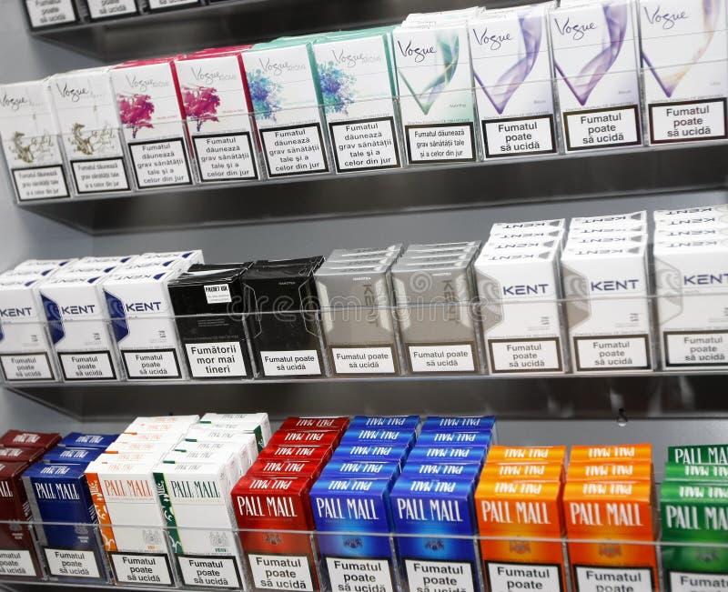 Pacchetti delle sigarette nel negozio di tabacco immagine stock