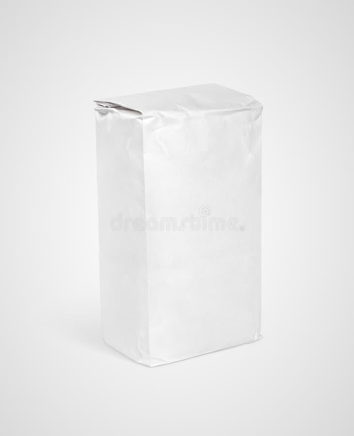 Pacchetto in bianco bianco del sacco di carta di farina su gray fotografie stock