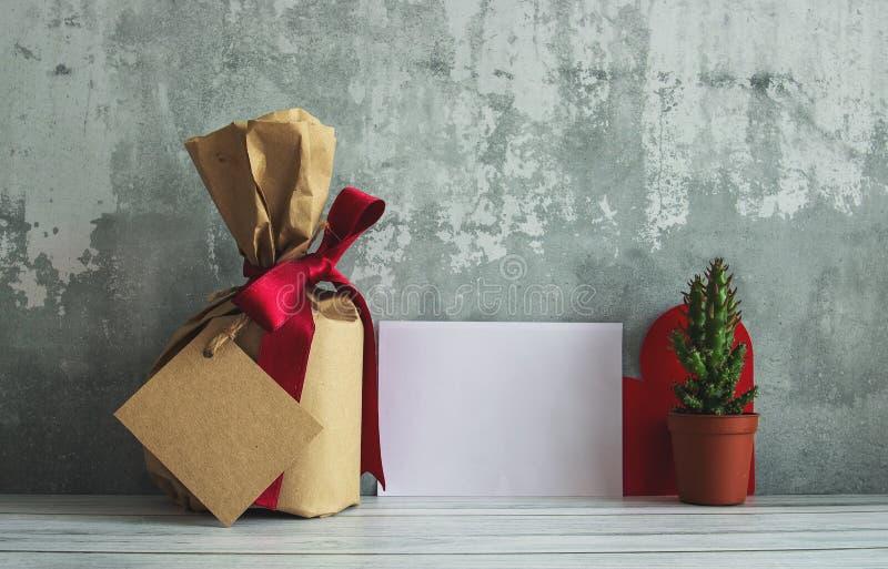 Pacchetto d'annata del contenitore di regalo, cactus con la foto in bianco delle etichette in bobina immagine stock