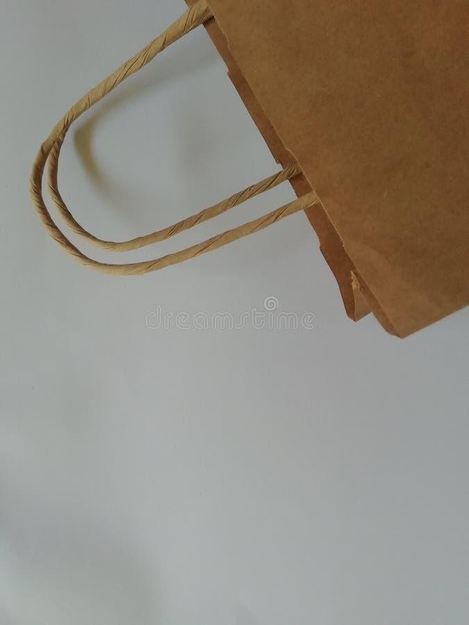 Pacchetto del sacco di carta di caff?, di sale, di zucchero, di pepe, delle spezie o della farina, riempito, piegato, vicino, bia fotografia stock