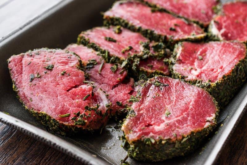 Pacchetto della carne cruda del filetto con le erbe e le spezie in scatola di plastica/contenitore immagine stock libera da diritti