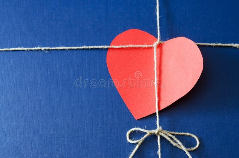 Pacchetto della carta blu con la carta del biglietto di S. Valentino fotografie stock