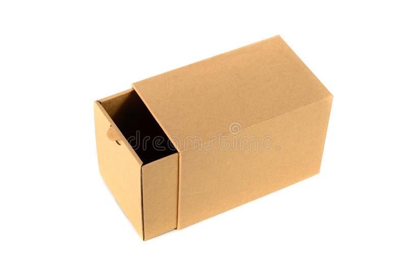 Pacchetto della scatola di cartone di Brown con la copertura, isolata su backgr bianco immagine stock libera da diritti