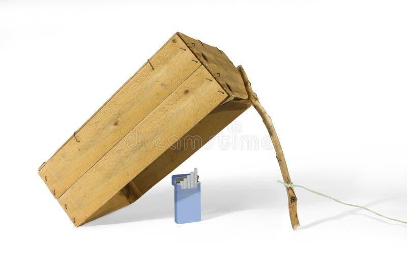 Pacchetto della sigaretta sotto la trappola della scatola fotografie stock libere da diritti