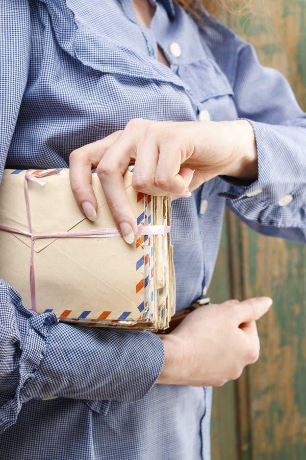 Pacchetto della tenuta della donna delle lettere d'annata fotografie stock