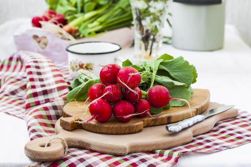 Pacco dei ravanelli organici freschi luminosi con le foglie immagine stock libera da diritti