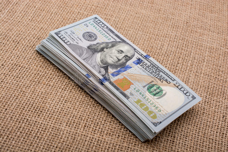 Pacco della banconota della tenuta della mano del bambino del dollaro americano a disposizione fotografia stock libera da diritti