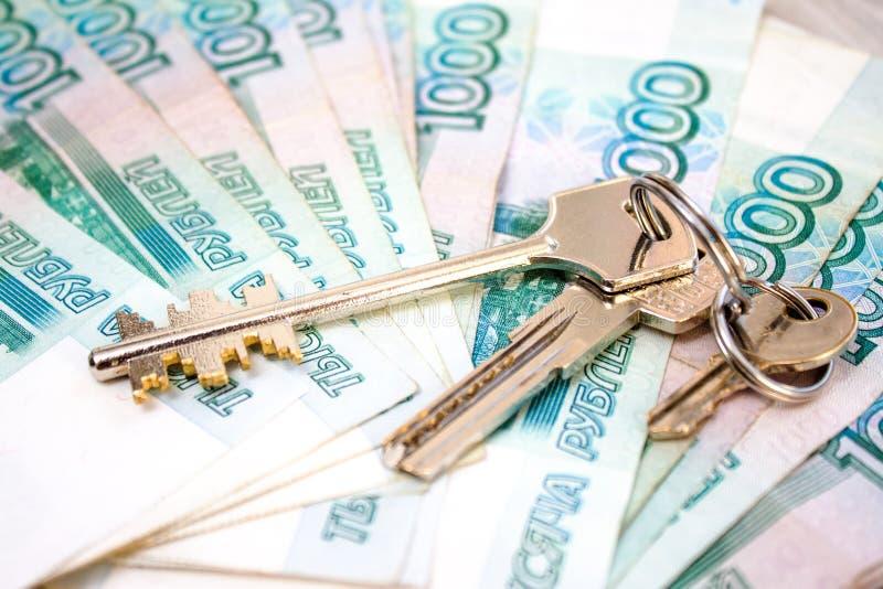 pacco delle banconote russe dei soldi mille rubli e tre chiavi della Camera - concetto domestico locativo e nuovo di finanza, fotografia stock libera da diritti