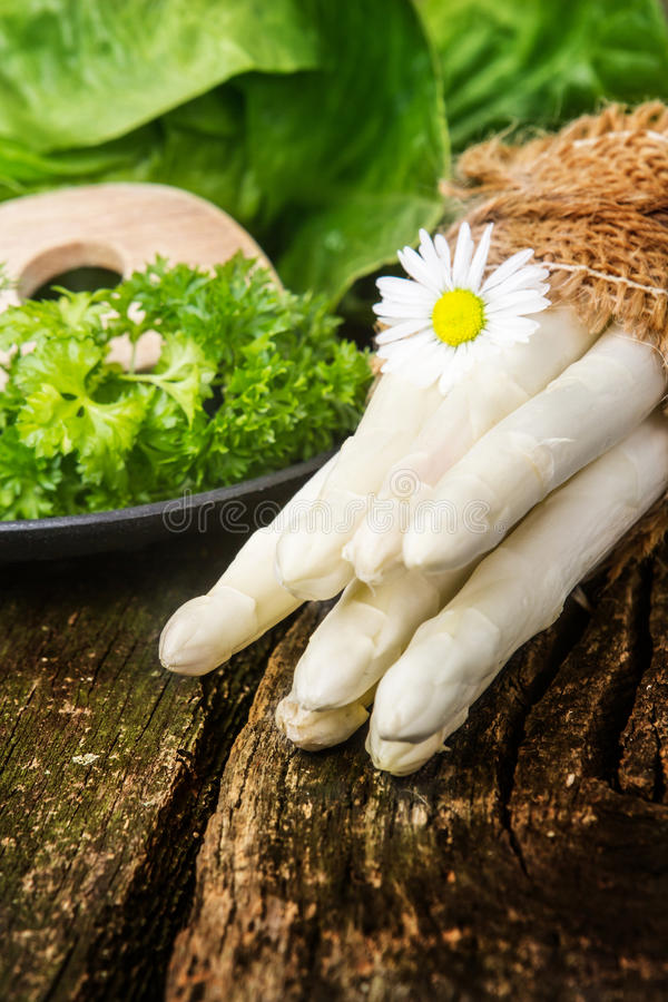 Pacco di asparago e di insalata bianchi immagini stock libere da diritti