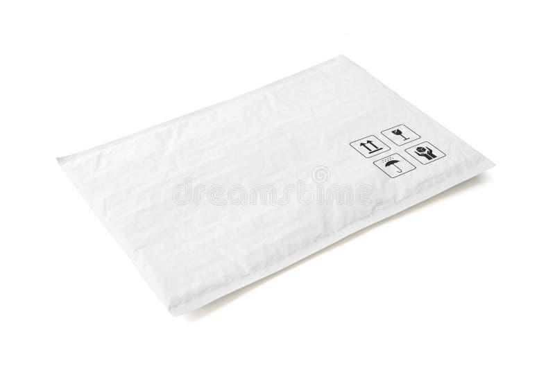 Pacco postale bianco Pacchetto di plastica con il segno ed il simbolo fragili di cura Oggetto isolato su fondo bianco immagini stock libere da diritti
