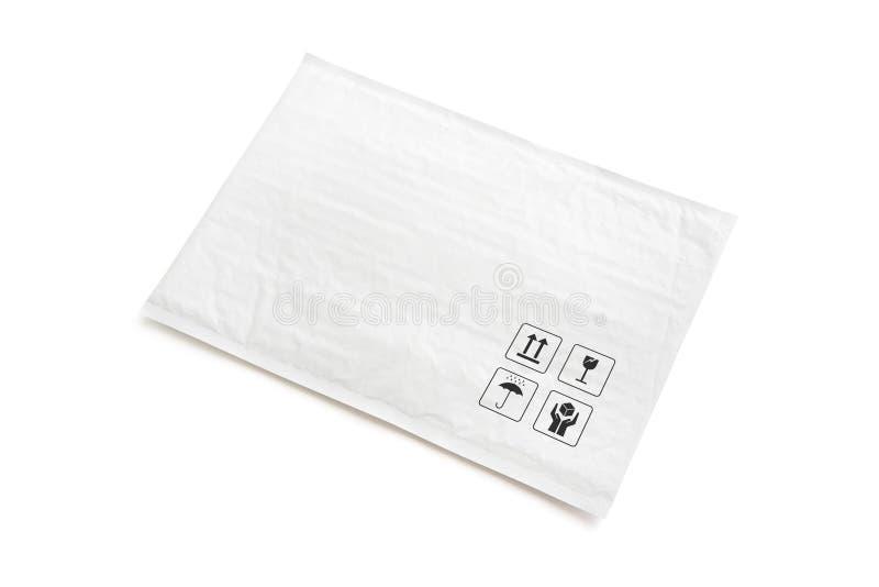 Pacco postale bianco Pacchetto di plastica con il segno ed il simbolo fragili di cura Oggetto isolato su fondo bianco fotografie stock