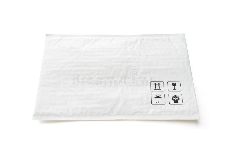 Pacco postale bianco Pacchetto di plastica con il segno ed il simbolo fragili di cura Oggetto isolato su fondo bianco fotografia stock