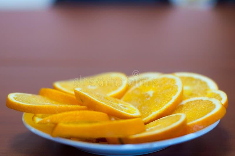Paces frescas de las naranjas en la placa de vidrios imágenes de archivo libres de regalías