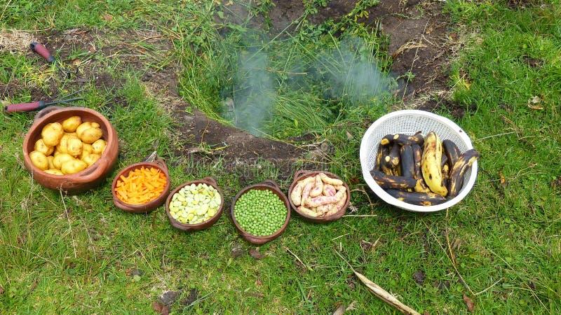 Pachamanca родовой ритуал коренного народа Анд стоковые фотографии rf