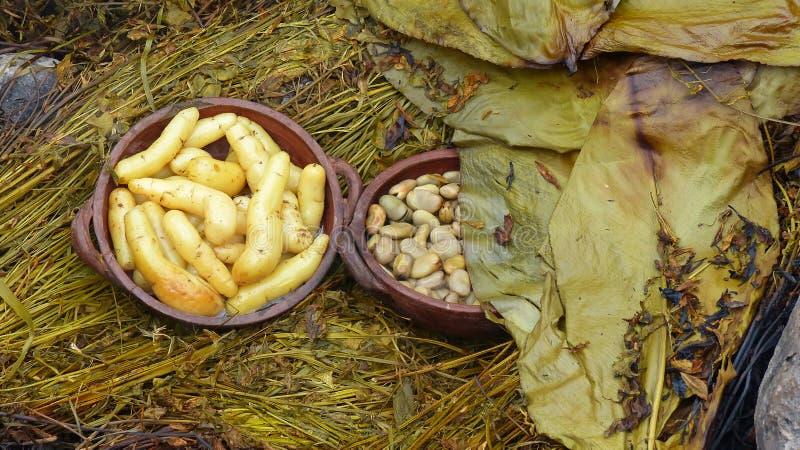 Pachamanca is een voorouderlijk het koken ondergronds procédé op verwarmde stenen, Ecuador stock afbeeldingen
