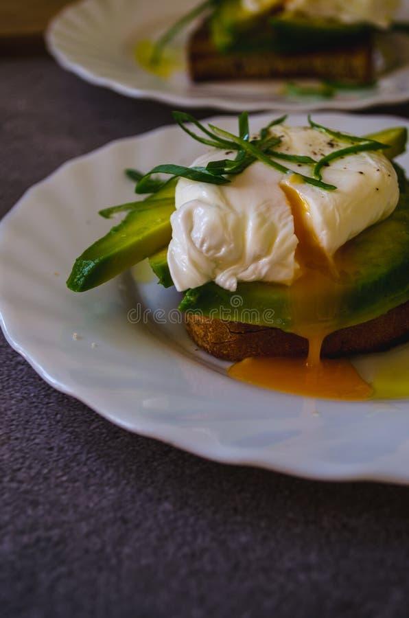 Pached jajko na Avocado grzance fotografia royalty free