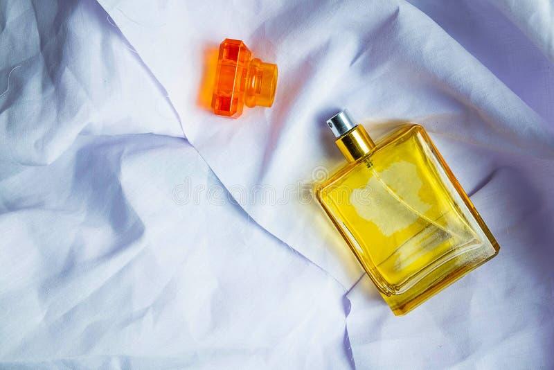 Pachnidło i pachnidło butelki na białej sukiennej podłodze zdjęcie royalty free