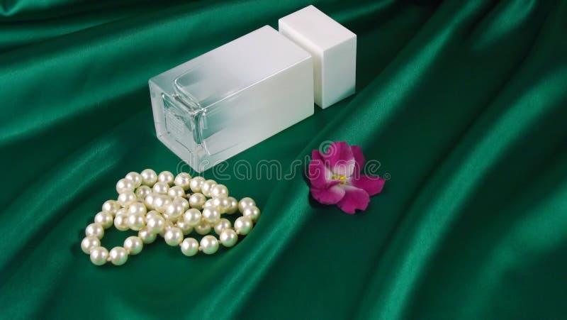 Pachnidło w białej butelce i koralikach perły fotografia royalty free