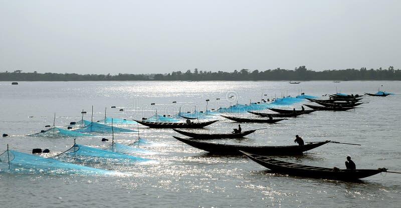 Pachur River près de Mongla au Bangladesh Bateaux de pêche avec filets sur la rivière entre la forêt de Sundarban et Khulna image libre de droits