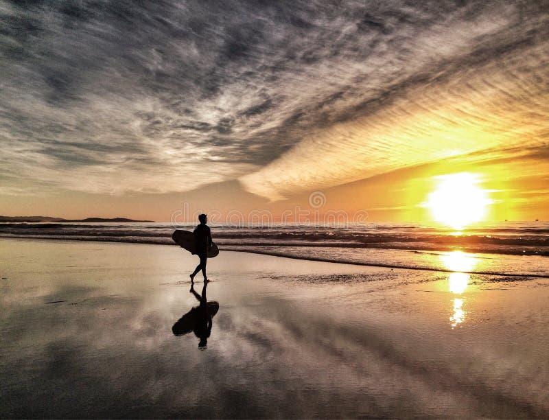 Paciência - surfista do por do sol foto de stock royalty free