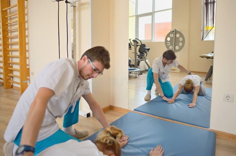 pacient的治疗师kinetotherapy和 图库摄影