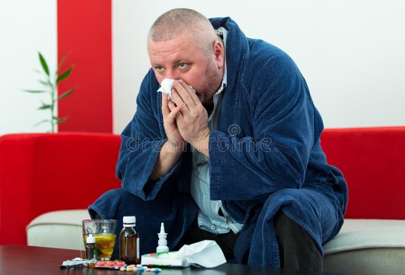 Paciente adulto del hombre con alivio de la enfermedad del frío y de la gripe imagen de archivo libre de regalías