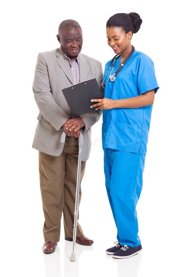 Paciente africano del mayor de la atención sanitaria imagenes de archivo