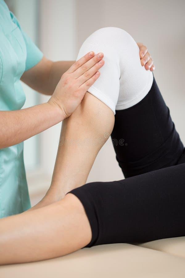 Paciente após a lesão de joelho fotografia de stock