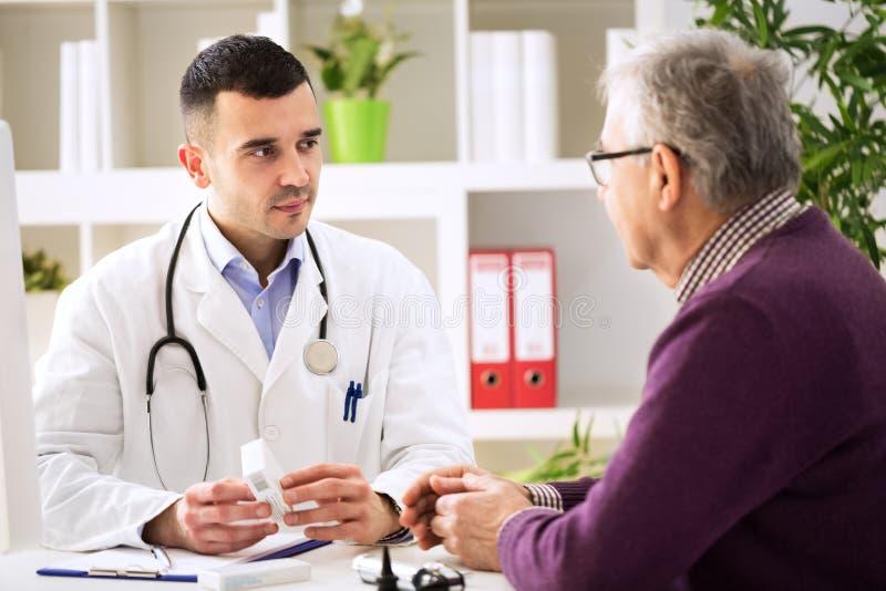 Paciente asesor del doctor con las drogas de la medicina imagen de archivo libre de regalías