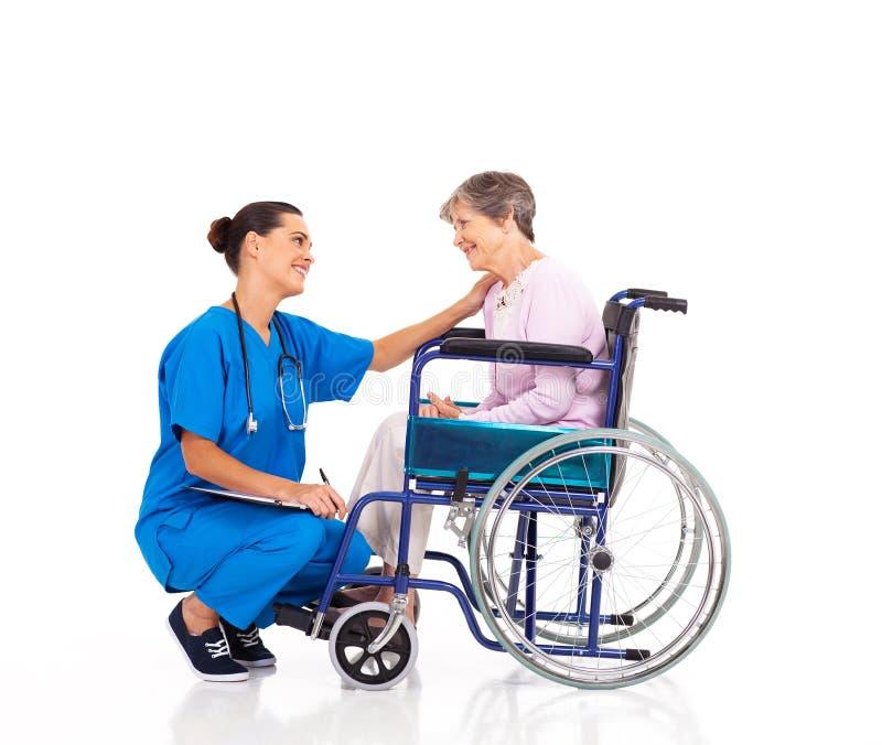 Paciente cómodo de la enfermera imágenes de archivo libres de regalías
