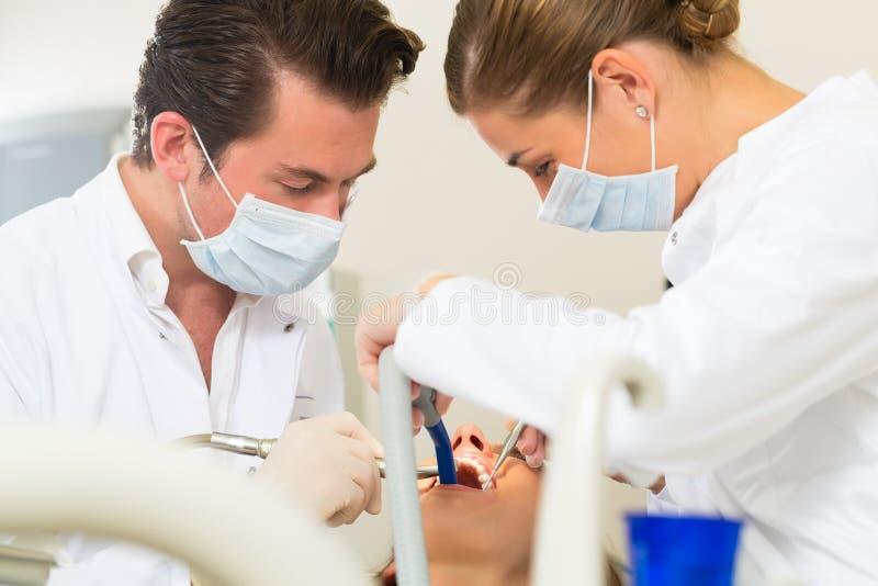 Paciente com dentista - tratamento dental fotografia de stock royalty free