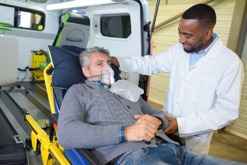Paciente com máscara de respiração fotografia de stock