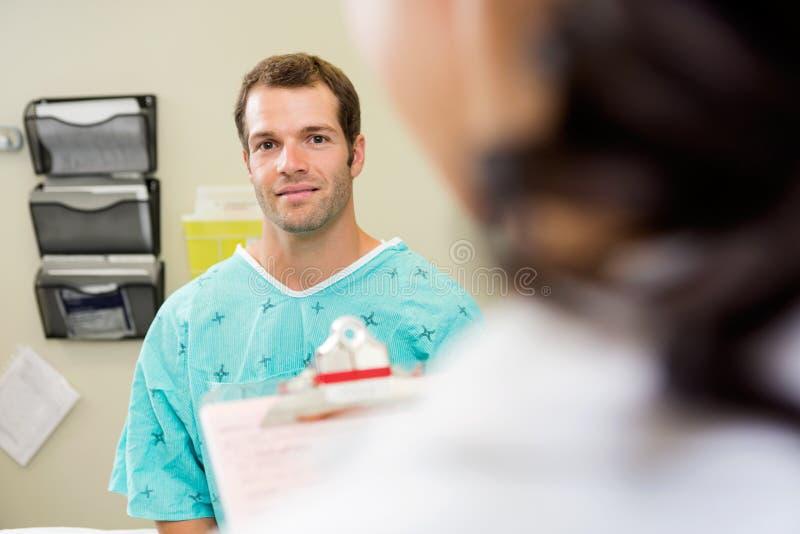 Paciente con el hospital del doctor In Foreground At imagen de archivo