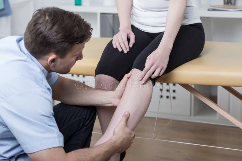 Paciente con la rodilla dolorosa fotografía de archivo libre de regalías