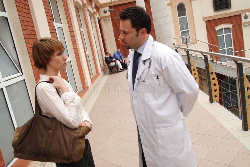 Paciente, conversación del doctor foto de archivo