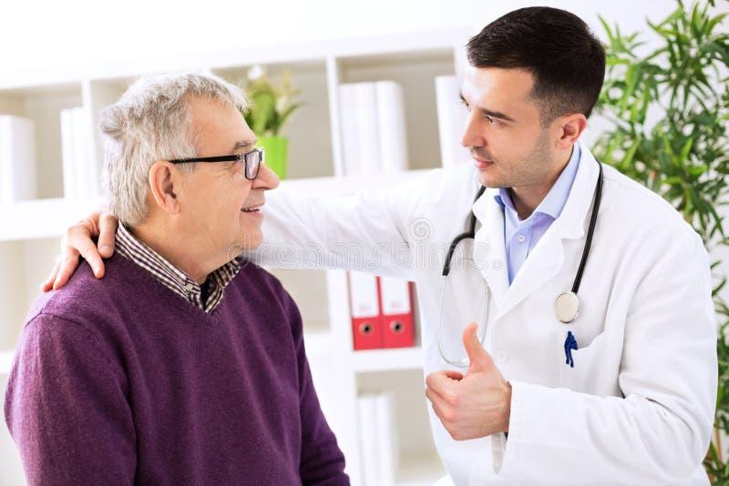 Paciente curado idoso feliz com especialista do sucesso fotos de stock royalty free