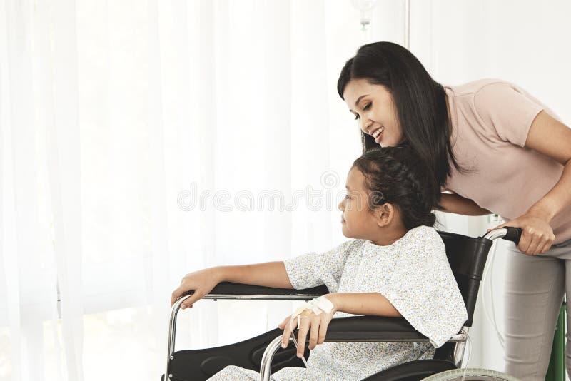 paciente da criança fêmea na cadeira de rodas imagens de stock royalty free
