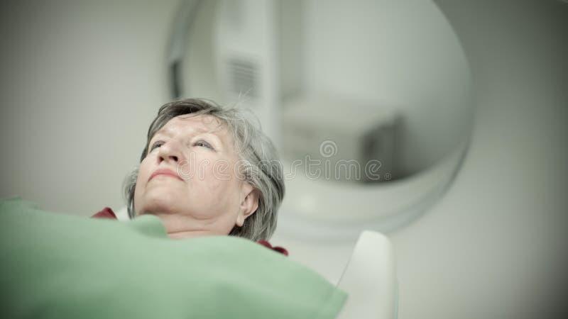 Paciente da mulher adulta na varredura do tomografia axial automatizado (CAT) Paciente que sofre de câncer de exame com CT Detecç imagens de stock