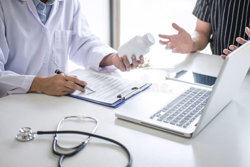 Paciente de consulta do doutor que discute algo sintoma da doença e para recomendar métodos de tratamento, apresentando resultado fotos de stock royalty free