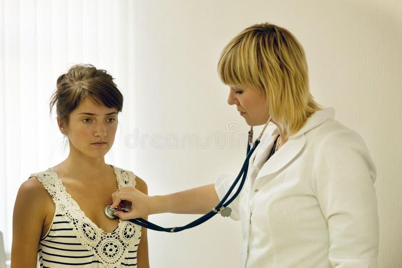 Paciente de escuta do doutor com estetoscópio fotografia de stock