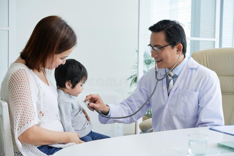 Paciente de exame com estetoscópio imagens de stock royalty free