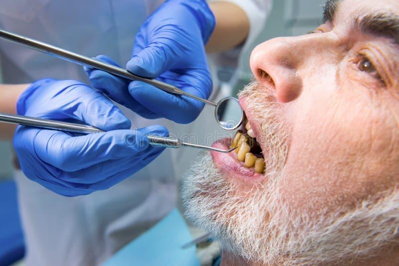 Paciente de exame de Stomatologist, fim acima imagem de stock